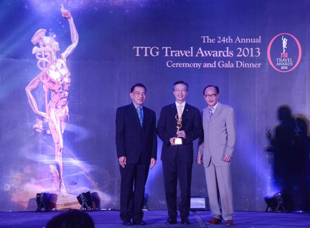 L-R: Nopparat Maythaveekulchai, President of TCEB (Thailand Convention & Exhibition Bureau); Choe Peng Sum, CEO, Frasers Hospitality Pte Ltd; Michael Chow, Group Publisher of TTG Travel Trade Publishing, TTG Asia Media